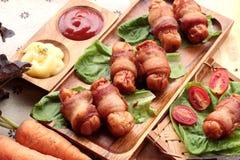 Salsiccie arrostite avvolte in grasso del bacon di delizioso Fotografia Stock Libera da Diritti