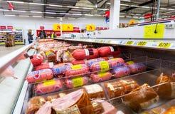 Salsiccie bollite differenti pronte per la vendita immagini stock libere da diritti