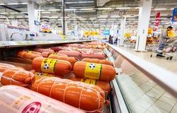 Salsiccie bollite differenti pronte per la vendita immagine stock