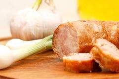 Salsiccie casalinghe con le cipolle verdi Fotografie Stock