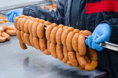 Salsiccie Catena d'imballaggio della salsiccia Fabbricazione industriale di sau immagine stock