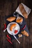 Salsiccie ceche tradizionali in aceto con la cipolla Immagini Stock Libere da Diritti