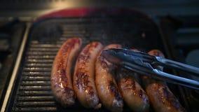 Salsiccie che cucinano sulla griglia stock footage