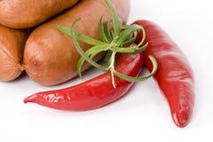 Salsiccie con i peperoni ed il rosmarino di peperoncino rosso fotografie stock libere da diritti