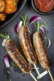 Salsiccie con le fritture della patata dolce e dei rosmarini Fotografie Stock Libere da Diritti