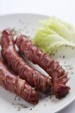 Salsiccie cotte con insalata fotografie stock