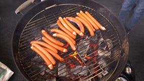 Salsiccie cotte Primo piano della salsiccia sulla griglia Salsiccie casalinghe Salsiccie bavaresi video d archivio