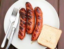 Salsiccie del barbecue su un piatto Fotografie Stock