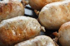 Salsiccie del manzo e del pollo in una leccarda Fotografie Stock Libere da Diritti