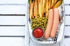 Salsiccie del pollo con la patata fritta, il ketchup e la lattuga fresca Fotografie Stock