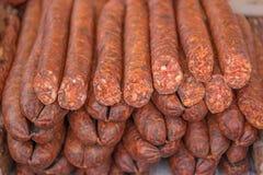 Salsiccie deliziose del taglio su esposizione Immagine Stock Libera da Diritti