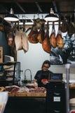 Salsiccie dell'imballaggio del venditore ad un supporto della carne nel mercato della città, Londra, Regno Unito immagine stock libera da diritti