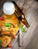 Salsiccie di Monaco di Baviera con i pomodori e la rucola Fotografie Stock
