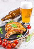 Salsiccie di Monaco di Baviera con i pomodori e la rucola Immagine Stock