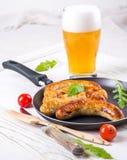 Salsiccie di Monaco di Baviera con i pomodori e la rucola Immagini Stock Libere da Diritti