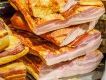 Salsiccie e bacon su esposizione immagini stock libere da diritti