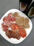 Salsiccie e birra spagnole dell'aperitivo Fotografia Stock Libera da Diritti