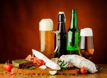Salsiccie e birra tradizionali Fotografia Stock Libera da Diritti