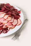 Salsiccie e prosciutto affettati su un piatto Fotografia Stock
