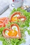 Salsiccie a forma di del cuore con le uova fritte Immagini Stock Libere da Diritti