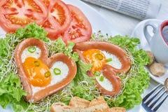 Salsiccie a forma di del cuore con le uova fritte Fotografie Stock