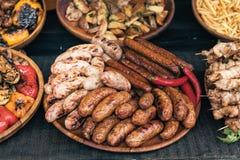 Salsiccie fritte, alimento della via, alimento saporito immagini stock