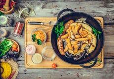 Salsiccie fritte con le patate al forno, in una padella Immagini Stock Libere da Diritti