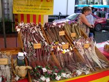 Salsiccie nel mercato francese dell'alimento Fotografie Stock