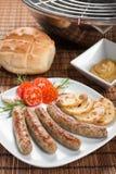 Salsiccie o bratwurst di Norimberga sul piatto. Fotografie Stock