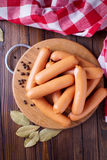 Salsiccie saporite sul bordo di legno Fotografia Stock Libera da Diritti