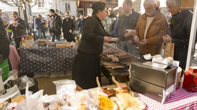 Salsiccie secche e fumate al mercato agricolo Fotografia Stock Libera da Diritti