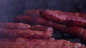 Salsiccie sulla griglia archivi video