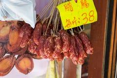 Salsiccie sullo shopwindow al mercato Immagini Stock Libere da Diritti