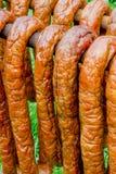Salsiccie in un fumatore tradizionale Immagine Stock