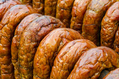 Salsiccie in un fumatore tradizionale Fotografie Stock