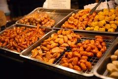 Salsiccie visualizzate al mercato di strada locale Fotografie Stock