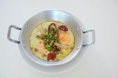 Salsicha com o ovo na refeição de cobre do café da manhã da bandeja Fotos de Stock
