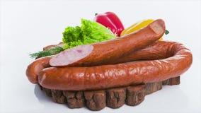 Salsicha com pimentos no fundo branco video estoque