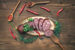 Salsicha cortada com especiarias fotos de stock royalty free