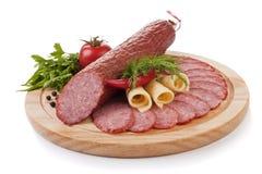Salsicha cortada com os vegetais isolados imagem de stock