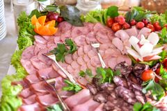 A salsicha da carne corta a variedade na placa do partido fotos de stock royalty free
