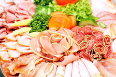 A salsicha da carne corta a variedade na placa do partido Imagem de Stock Royalty Free