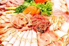 A salsicha da carne corta a variedade na placa do partido Fotos de Stock