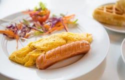 Salsicha do café da manhã com omeleta foto de stock