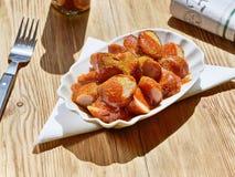 Salsicha do caril com molho fotografia de stock