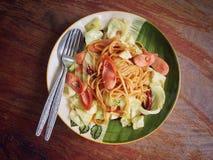 A salsicha dos espaguetes cozinhou com pimentões e couves secados Imagem de Stock