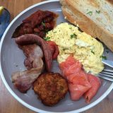 Salsicha dos salmões do ovo da refeição matinal do café da manhã Fotos de Stock Royalty Free