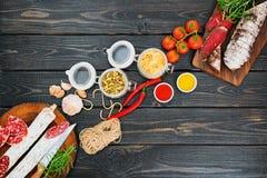 Salsicha e bresaola curado cortado com especiarias e um ramo do explorador de saída de quadriculação fotos de stock royalty free