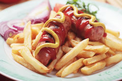 Salsicha fritada com fritadas francesas Fotos de Stock
