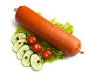 Salsicha grande com salada, tomate e pepino Foto de Stock Royalty Free